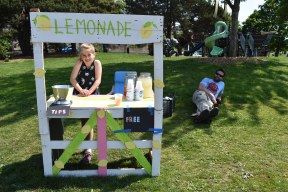 Evelyn and Keith and their lemonade stand